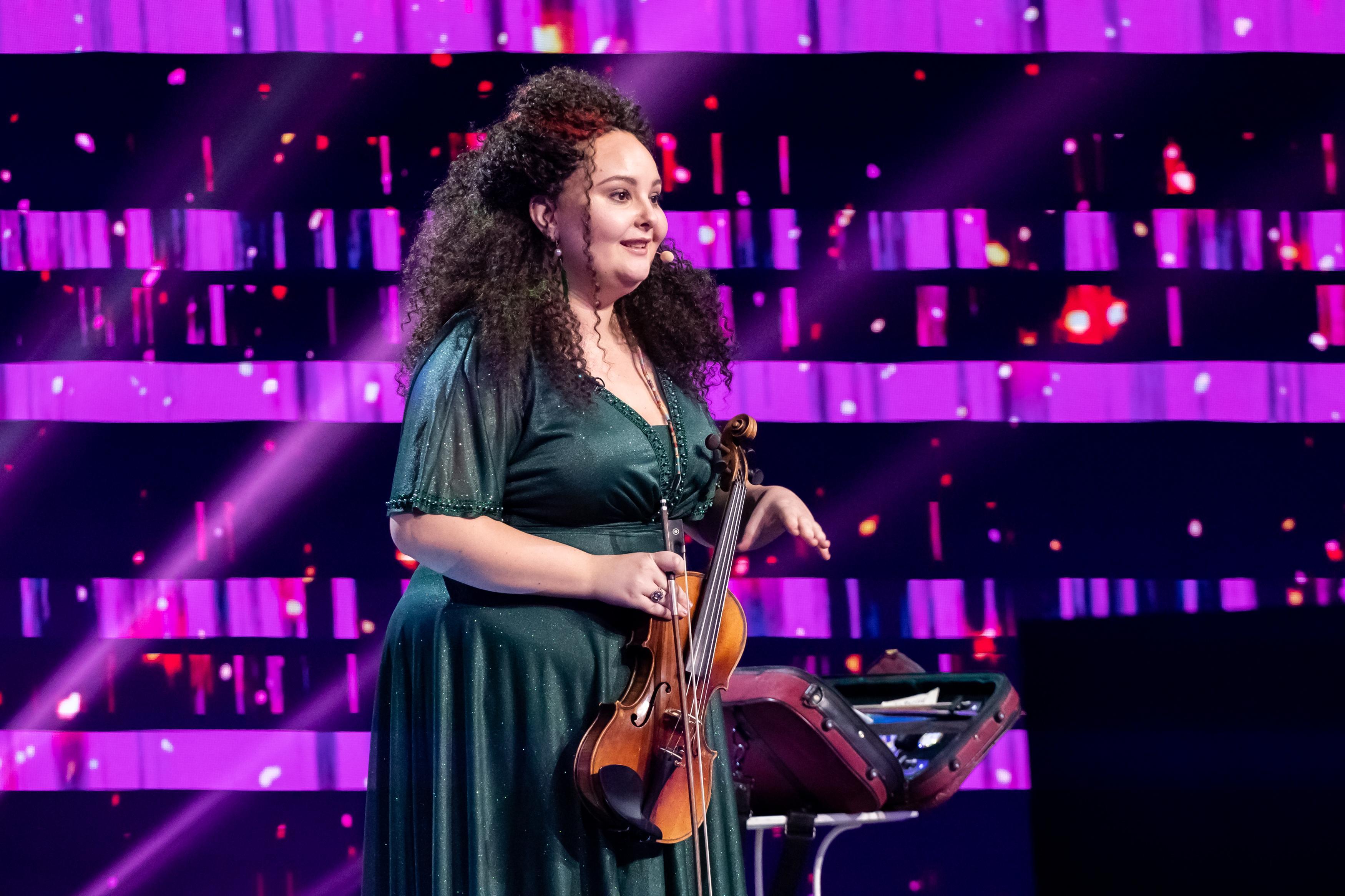 iUmor, 14 februarie 2021. Elena Albu, cu vioara la purtător, a pregătit un cuplet care a stârnit valuri de aplauze