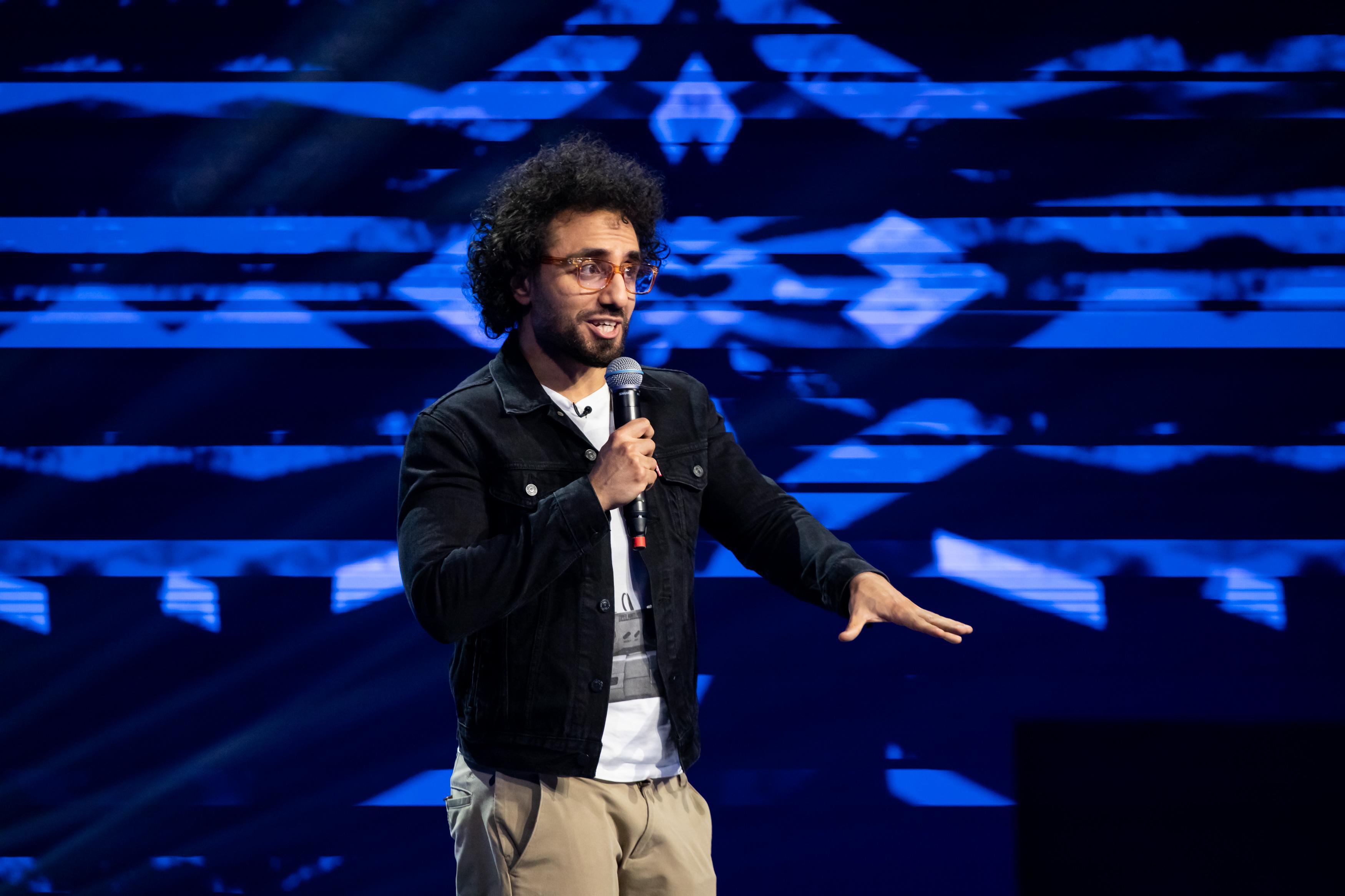 """iUmor, 14 februarie 2021. Manuel Miru, francezul cu """"nume de columbian și față de evreu"""", impresionează cu numărul său plin de haz"""