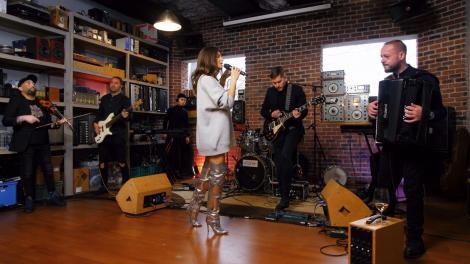 Raluka, cântând alături de trupa sa, piese din proiectul Balkanic