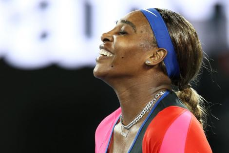 Serena Williams pe terneul de tenis, fericită, după victoria împotriva Simonei Halep