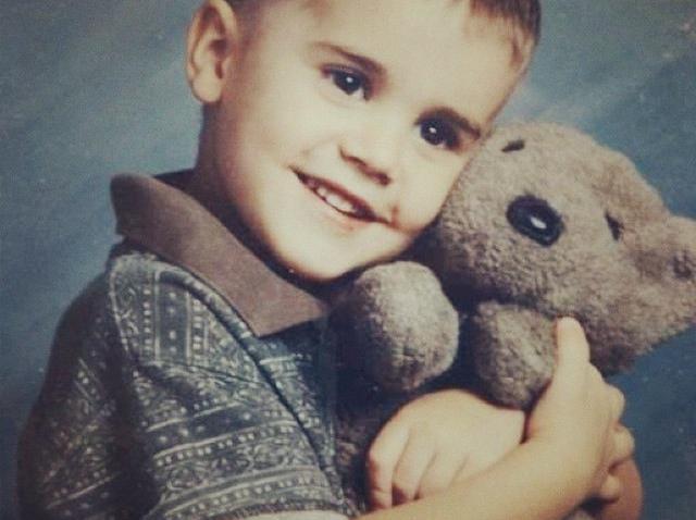 Justin Bieber când era mic, ține în brațe un ursuleț de pluș