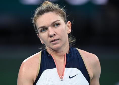 Simona Halep, australian open, bluza cu alb și negru, teren de tenis