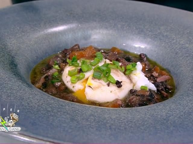 Mic dejun din bucătăria franțuzească pe bază de ouă poșate și sos de vin