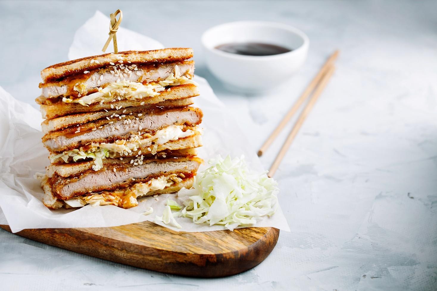 Rețetă de sandviș japonez cu șnițel de porc și salată de varză, preparată de Chef Nicolai Tand la Neatza cu Răzvan și Dani