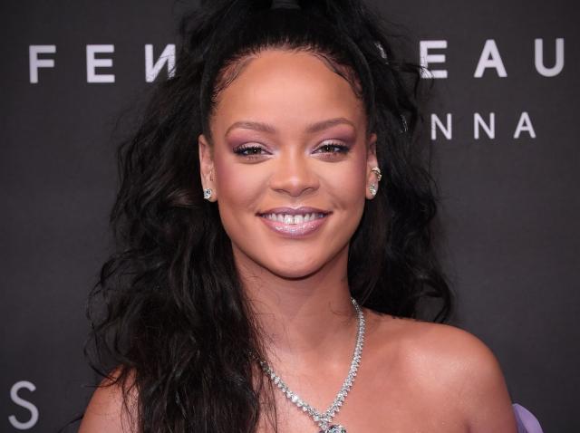 Rihanna, dezgolită în fața camerei și plină de mărgele. Cântăreața și-a acoperit bustul doar cu mâinile