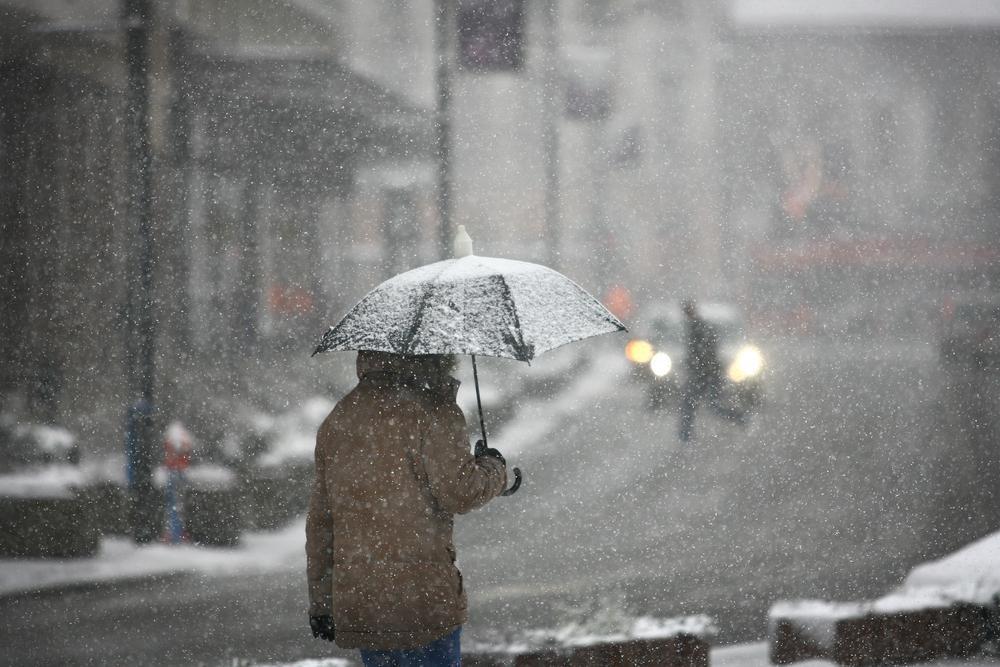 Alertă meteo! Cod galben de ninsori și viscol în zece județe din țară. Până când este valabilă avertizarea