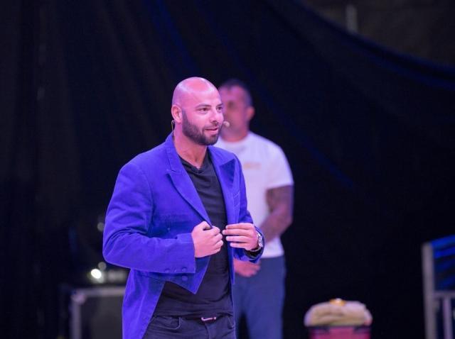 Giani Kiriță intr-un sacou albastru pe scena circului Bellucci