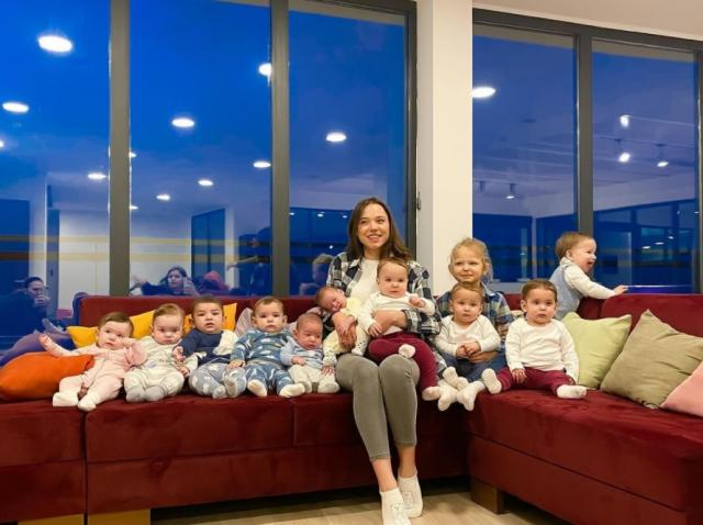 Christina Ozturk, alături de bebelușii ei biologici