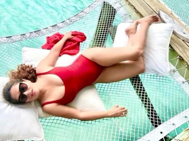 salma hayek costum de baie rosu