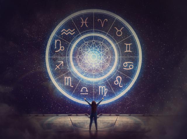 Imgine ilustrativă cu discul celor 12 zodii și o mică siluetă de om, la bază
