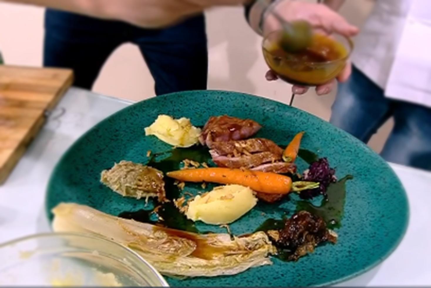 Piept de rață cu sos de citrice și garnitură de varză roșie cu piure de vinete. Rețeta lui Chef Nicolai Tand la Super Neatza