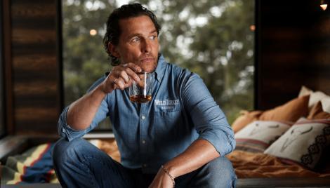 Matthew McConaughey, pahar in mana, blugi, camasa albastra