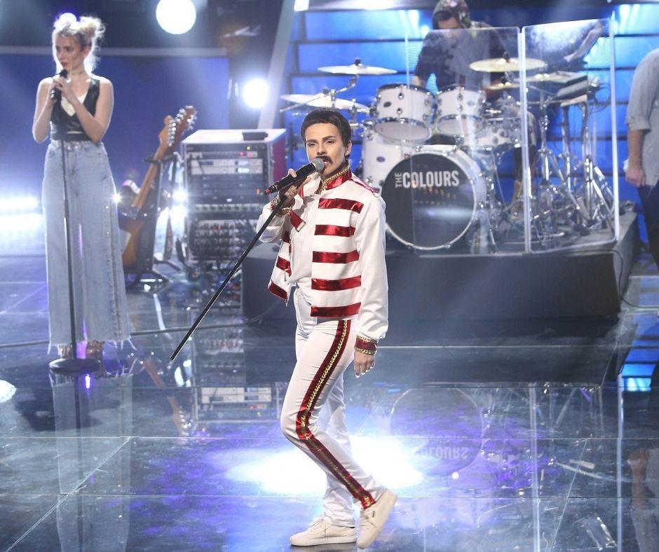 Cristina Vasiu, surpriză de proporții mari pe scenă, transformată în Freddie Mercury