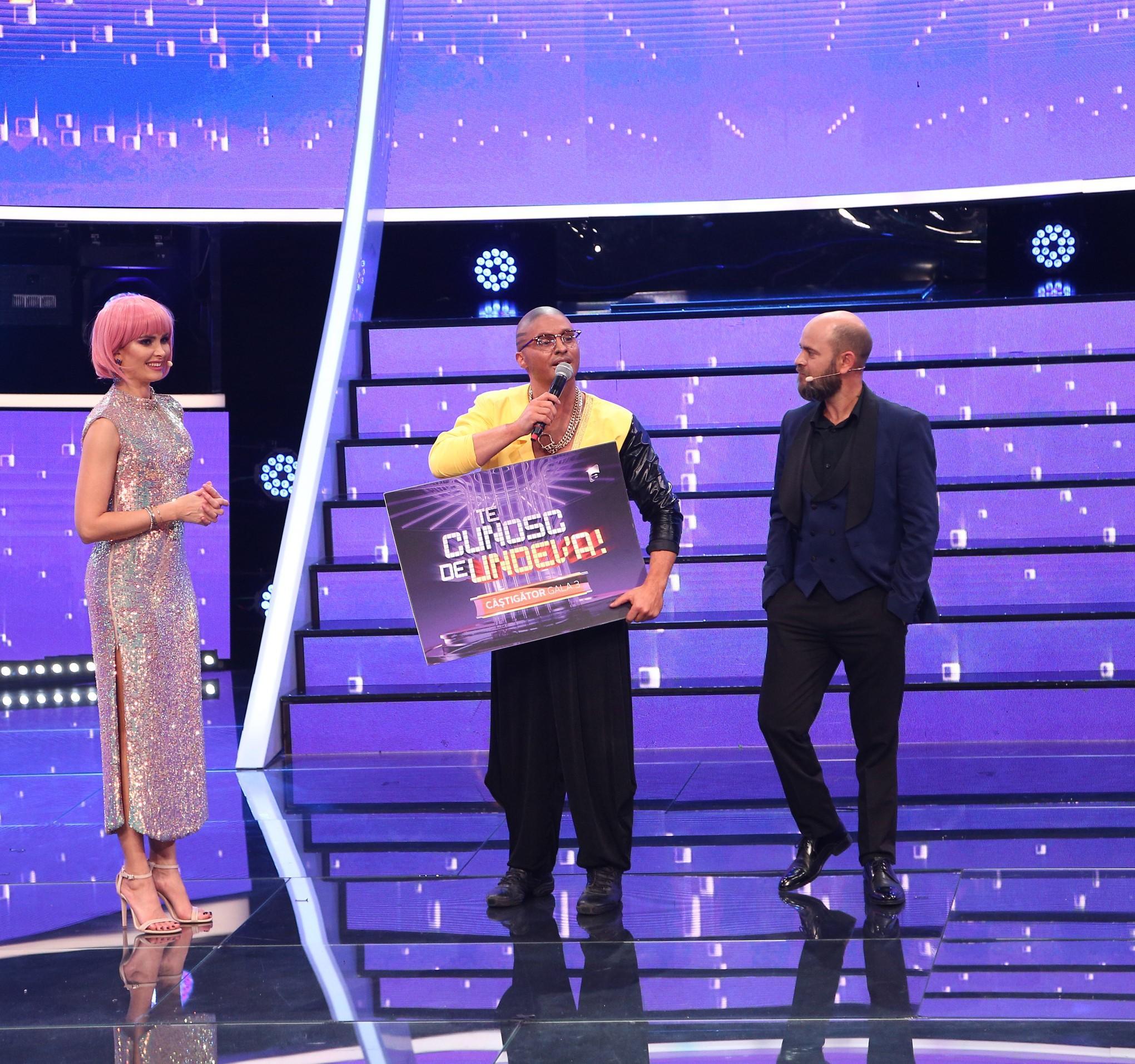Pepe cu cecul in mana, vorbeste la microfon, iar pe langa el se află Alina Pușcș și Cosmin Seleși