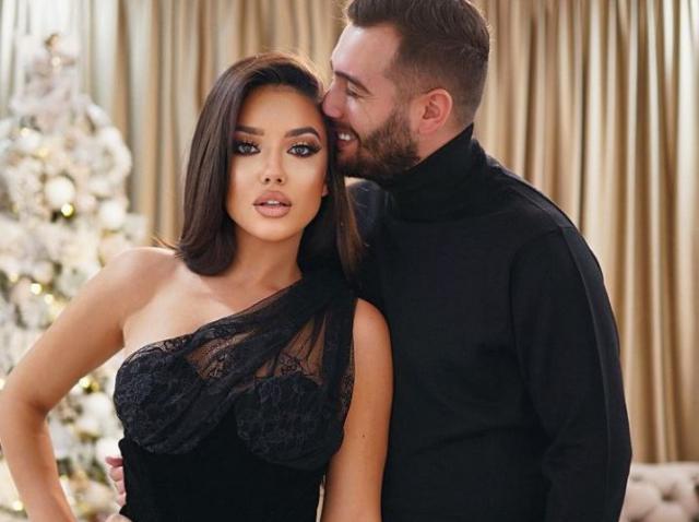 Larisa Udilă și Alexandru Ogica, îmbrăcați în haine negre