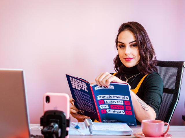 femeie bruneta rasfoind o revista
