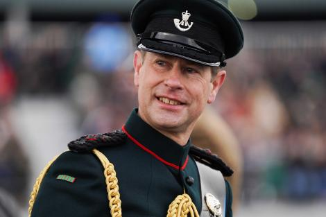 printul edward imbracat intr-o uniforma militara inainte ca philip sa fie internat