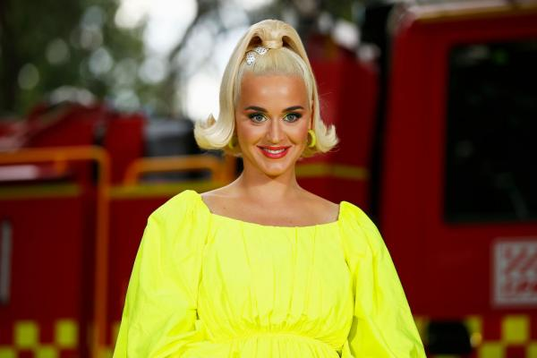 Katy Perry intr-o rochie galbenă, are părul prins