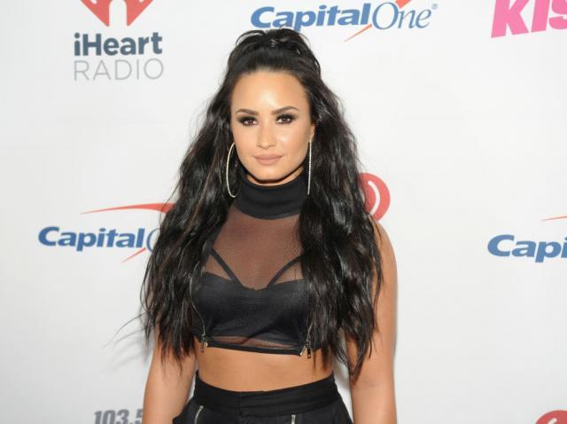 Demi Lovato într-un top negru și cu părul brunet și lung