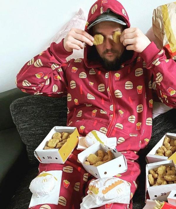 David Geyer acasă, consumând produse de la fast food-ul preferat