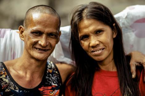 Rosalyn Ferrer și Rommel Basco, oameni ai strazii, ea bluza rosie, el tricou negru cu flori