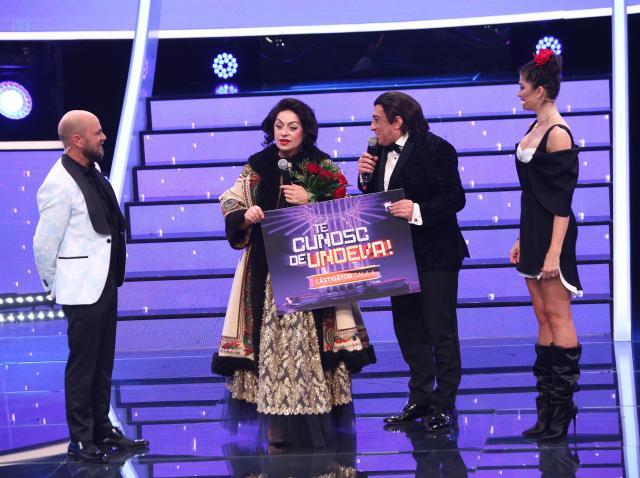 Adriana Trandafir și Romică Țociu, ținând premiul galei a patra din sezonul 16 Te cunosc de undeva!