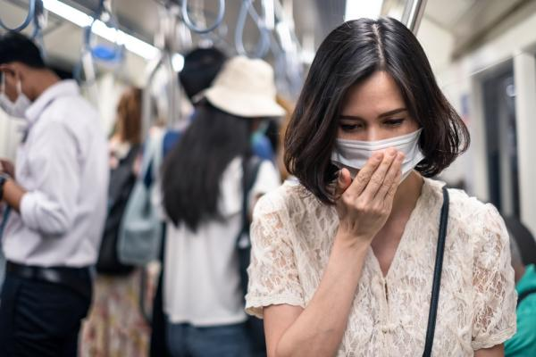 femeie care poarta masca in autobuz