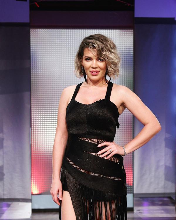 Gina Pistol, purtând o rochie neagră, în sezonul 7 Chefi la cuțite