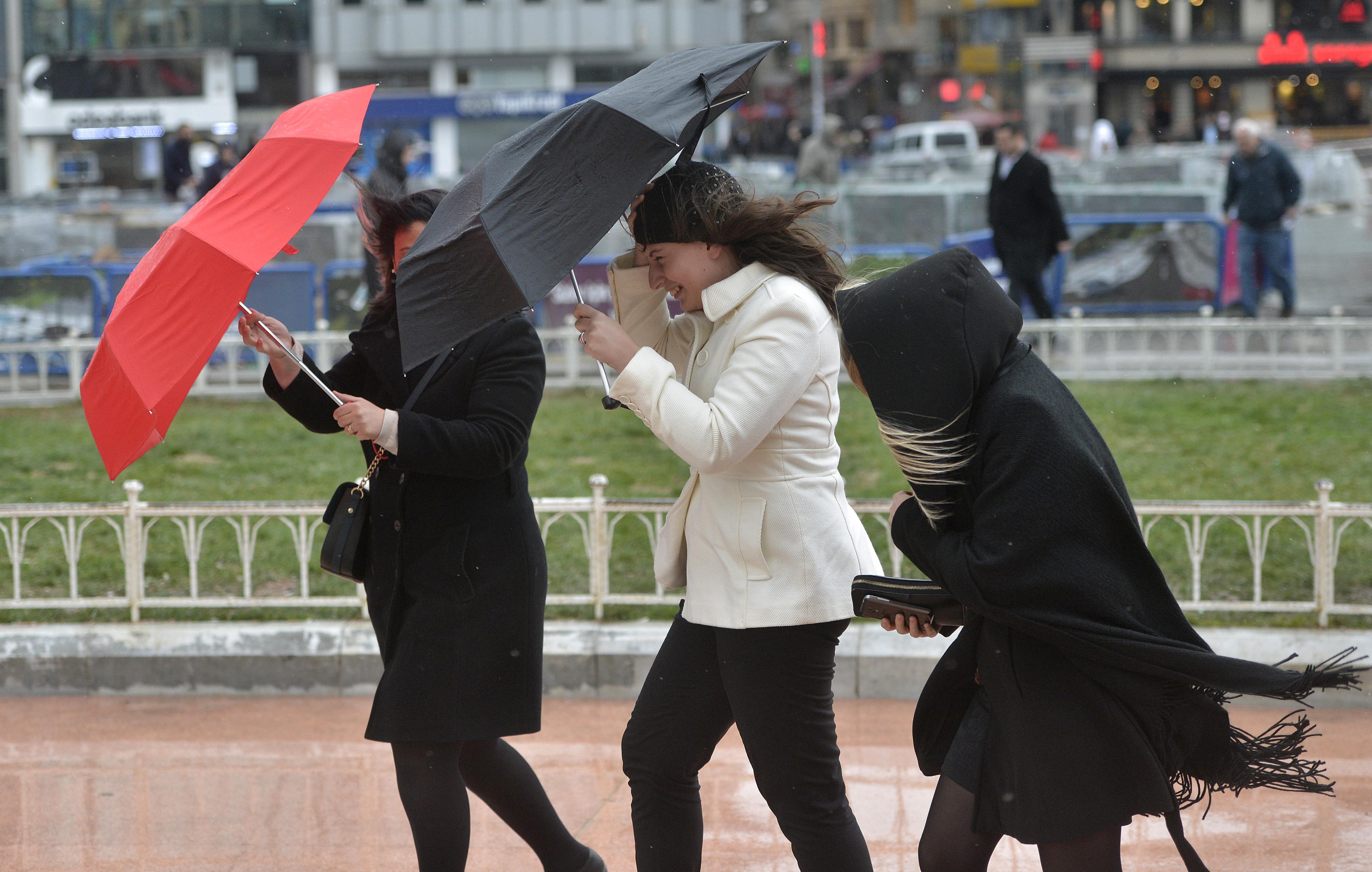 Alertă ANM! Cod galben de vreme rea și rafale de vânt în jumătate de țară. Până când este valabilă avertizarea