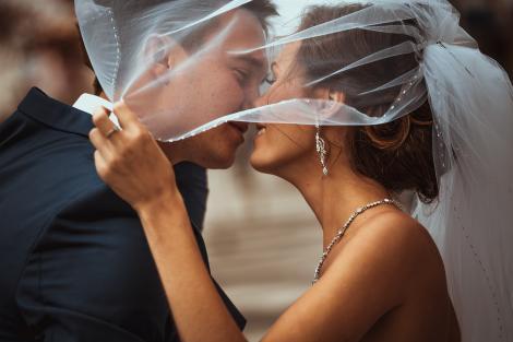 Mirele și mireasa care s-au ras în cap la propria nuntă. Motivul din spatele deciziei a emoționat o lume întreagă