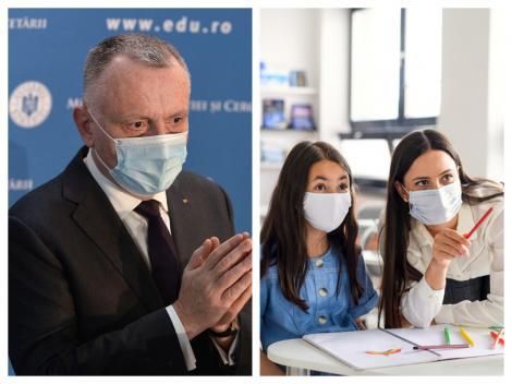 Colaj cu ministrul Educației Sorin Cîmpeanu și o elevă alături d eo profesoară, purtând mască