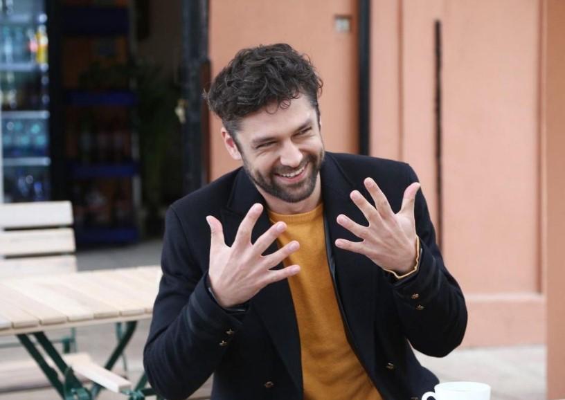 Alecsandru Dunaev, într-un sacou negru, jucând în serialul Adela