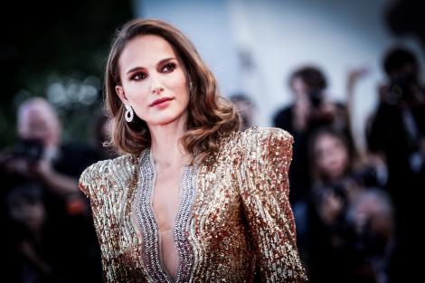 Natalie Portman, covor rosu, rochie aurie