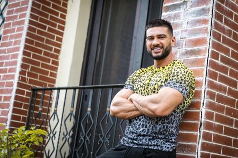 """Dorian Popa, pozând în fața unei locuințe, pentru rolul său din serialul """"Sacrificiul"""" de la Antena 1"""