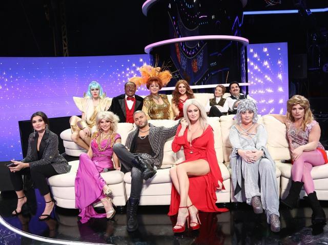 """Cei 11 concurenți din sezonul 16 """"Te cunosc de undeva"""", stând pe canapea"""