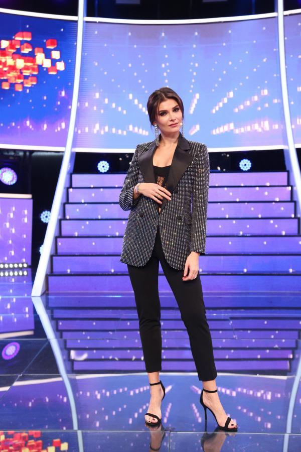 Alina Pușcaș cu o ținută formată din pantaloni și top, ambele negre, completată cu un sacou strălucitor