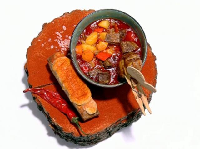 Gulașul bavarez poate fi servit simplu sau cu smântână, alături de o pâine de casă