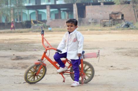 Cel mai scund adolescent din lume langa o motocicleta