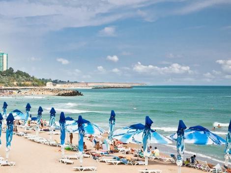 Imagine ilustrativă cu o plajă și valurile mării