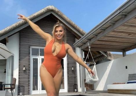 Loredana, cu bustul la vedere în vacanță