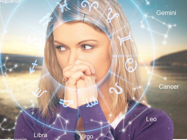 imagine ilustrativă cu cercul unui horoscop și chipul unei femei