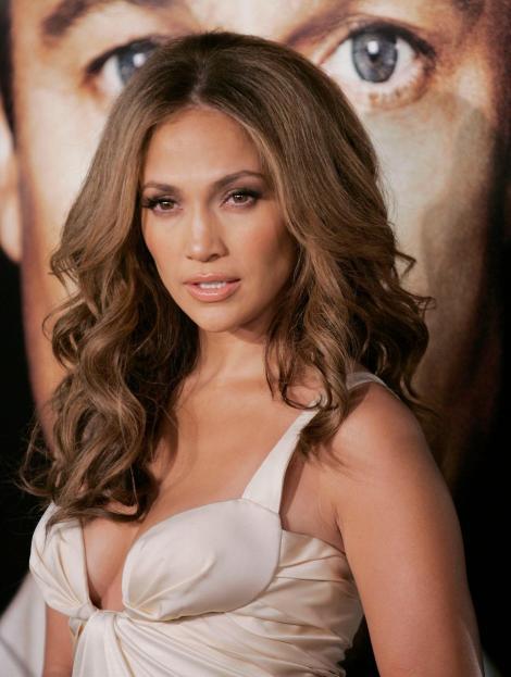 J.Lo, cu formele la vedere, într-un costum de baie alb. În ce ipostaze incendiare s-a fotografiat diva