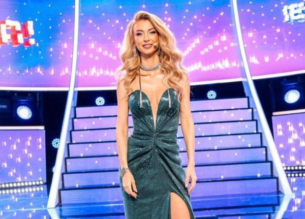 Andreea Bălan pe platoul de filmare al emisiunii Te cunosc de undeva, imbracata intr-o rochie verde și decoltată