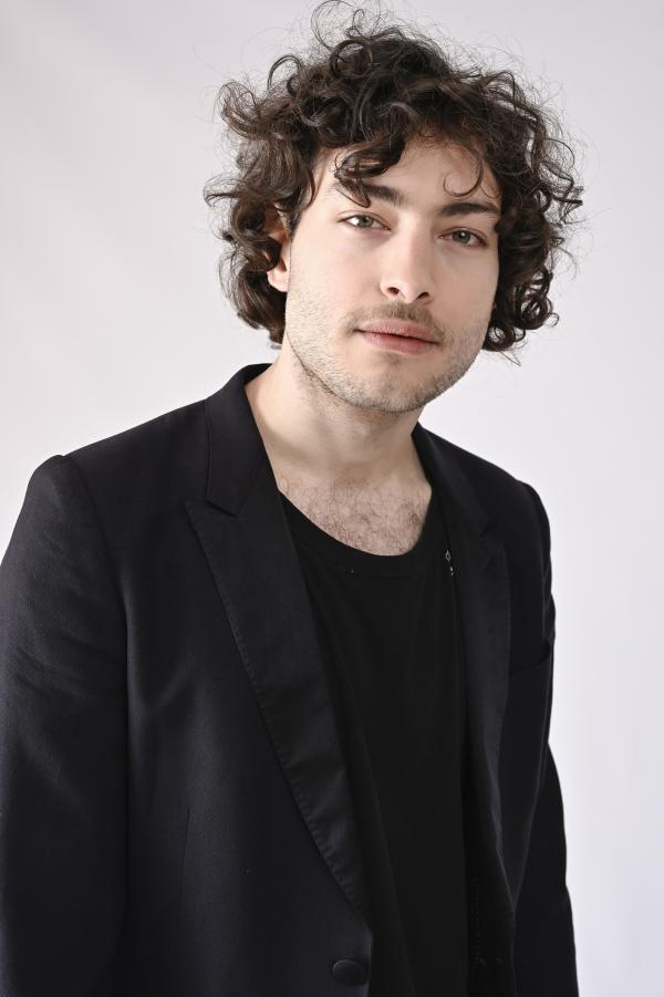 Toto Dumitrescu într-un costum negru și un tricou negru