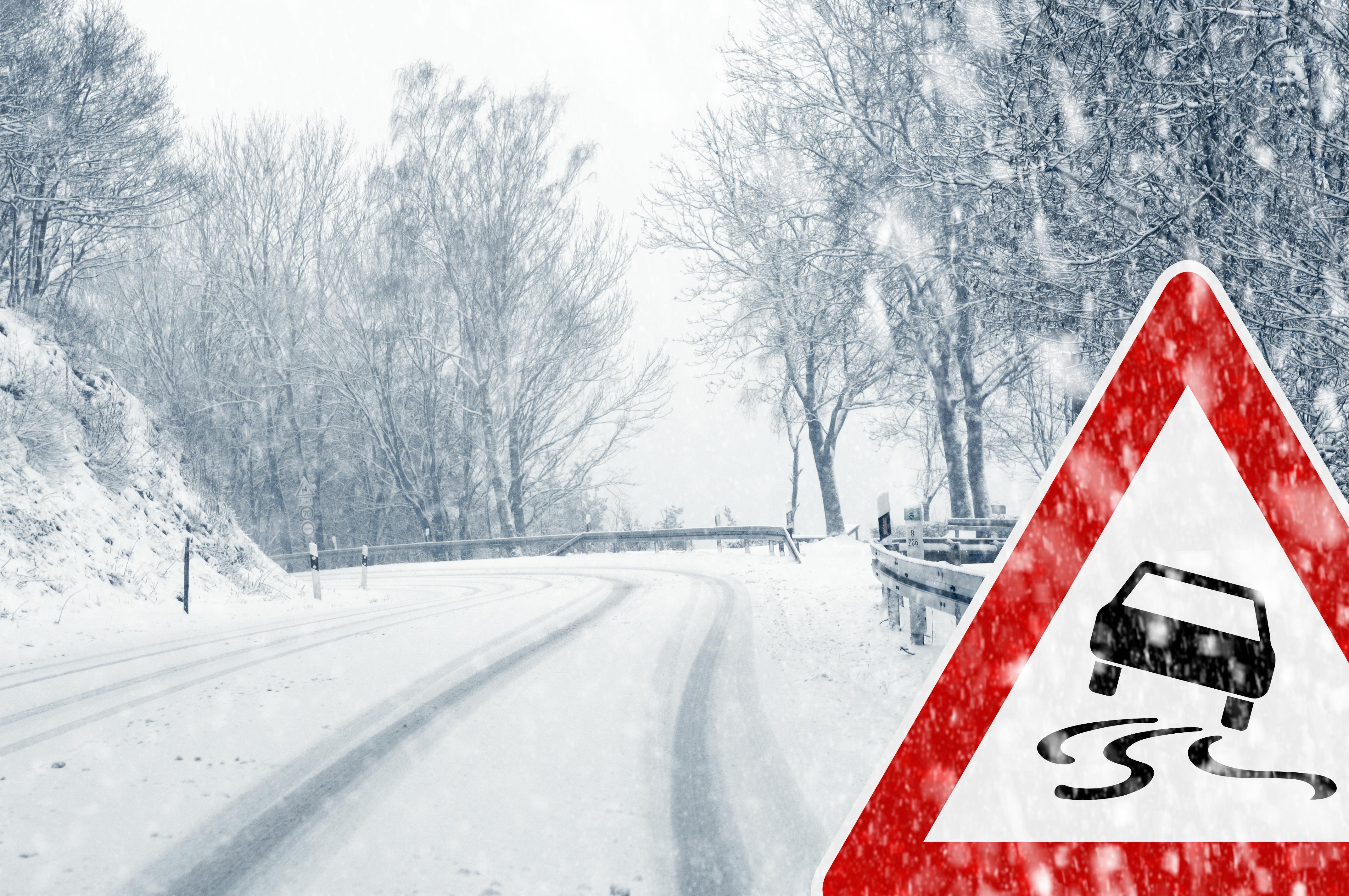 Traficul rutier, îngreunat de ninsoare. Cum se circulă pe drumurile mari din România. Meteorologii au emis cod galben de vreme rea