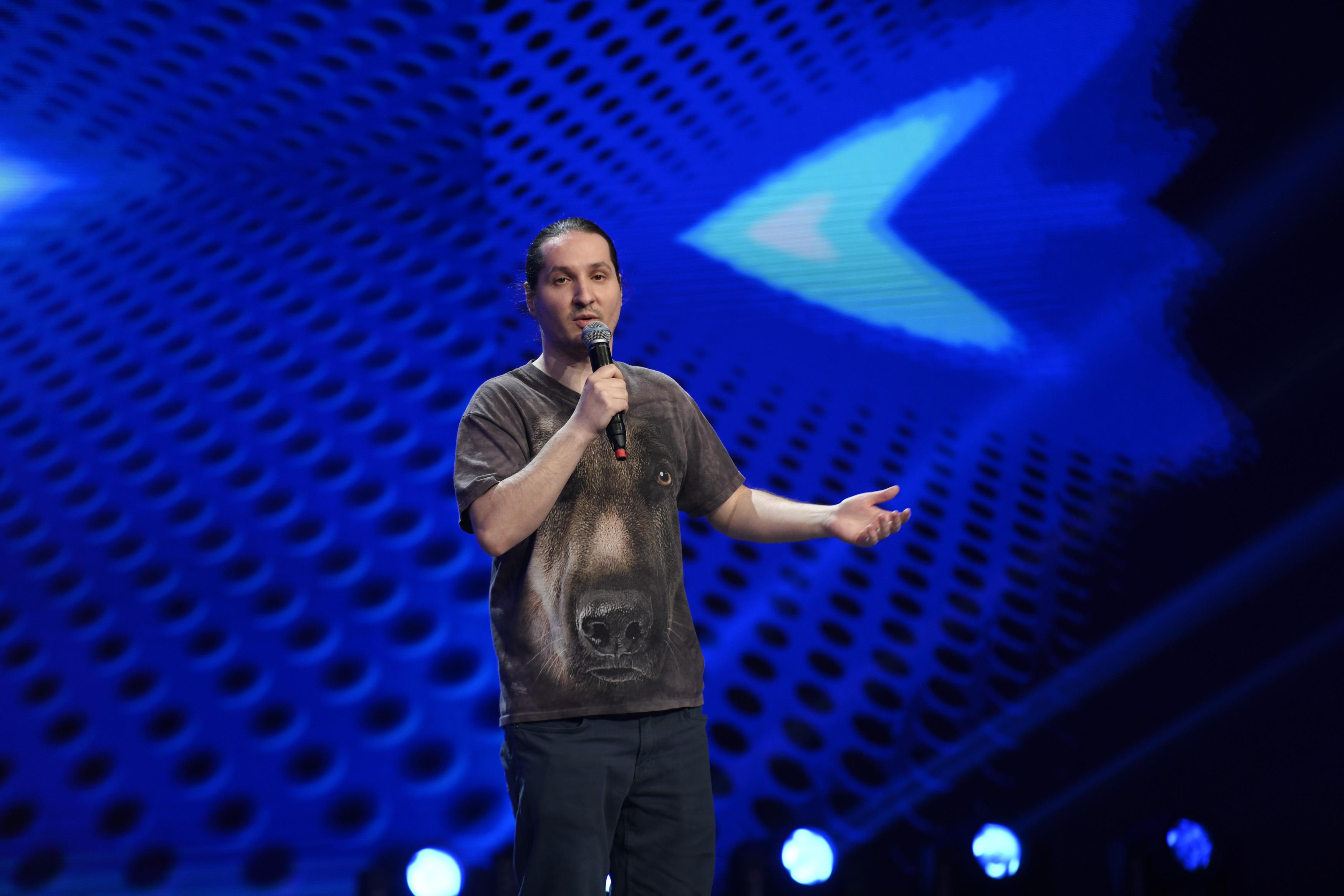 """iUmor, 10 martie 2021. Andrei Gădălean revine pe scenă cu un număr amuzant: """"Eu sunt ca un cameleon în stand-up-ul românesc"""""""
