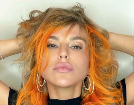 corina bud, cu părul în șuvițe blonde și portocalii
