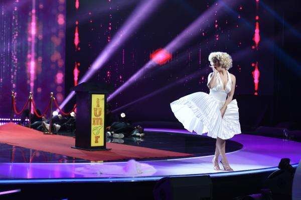 Anca Dinicu deghizată în Marilyn Monroe într-o rochie albă