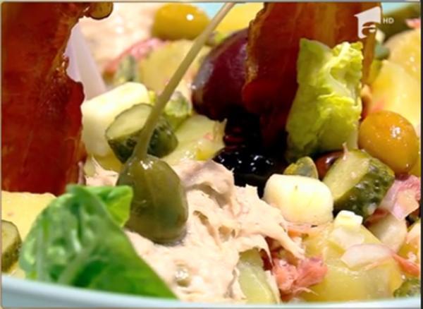 Salată combinată cu cartofi, mere și multe alte ingrediente