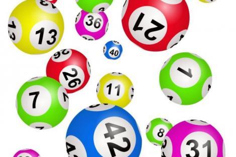 imagine ilustrativă cu mingi cu numere de loto